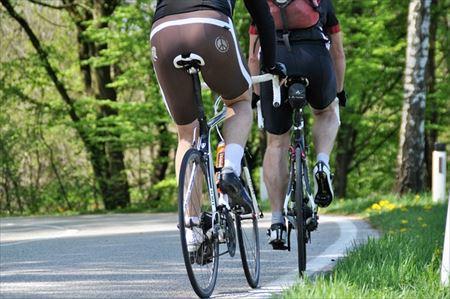 クロスバイクに乗っているときのサドルとヒップラインのアップ
