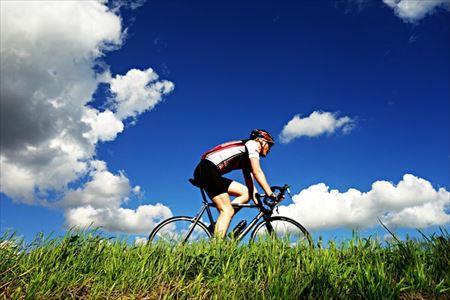 クロスバイクに乗っているときのまっすぐ伸びた前傾姿勢
