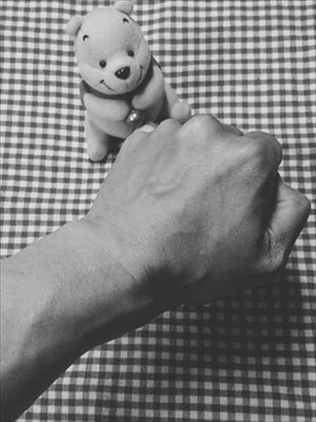 拳をにぎって血管が浮いている腕のアップ