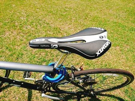 Cat Hand(キャット ハンド)のスポーツサドルを装着したエスケープR3