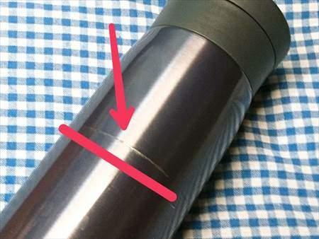 サーモスのマグボトルがTOPEAK(トピーク)のモジュラーケージ2の留め具部分と接触したことで塗装が一部はげた様子