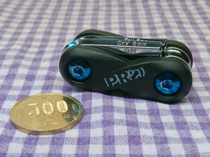 シマノPROミニツール6ファンクションの大きさを500円玉と比較