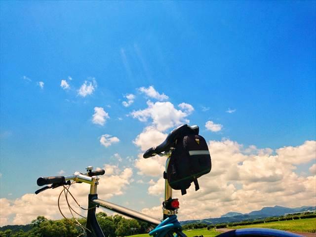 クロスバイクと青空